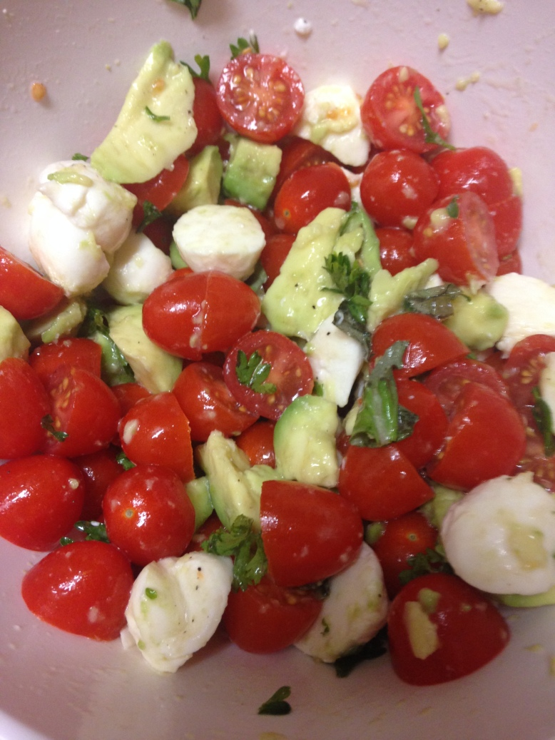 Mozzarella Tomato Salad - Rebekah and her Ramblings. A no bake, healthy, and gluten free easy summer night dinner!